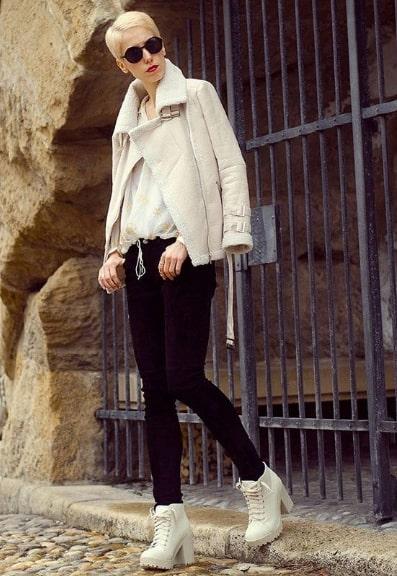 Модное сочетание зауженных брюк и ботинок