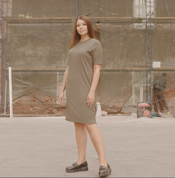 Легкое платье и невысокие туфли на тракторной подошве отлично подойдут для девушки плюс-сайз