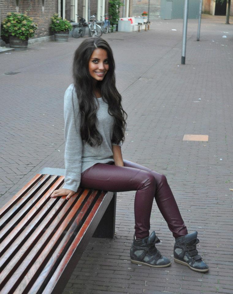 Кожаные брюки помимо базовых белых кроссовок могут быть дополнены и иными цветами, если они не будут конфликтовать с тоном штанов