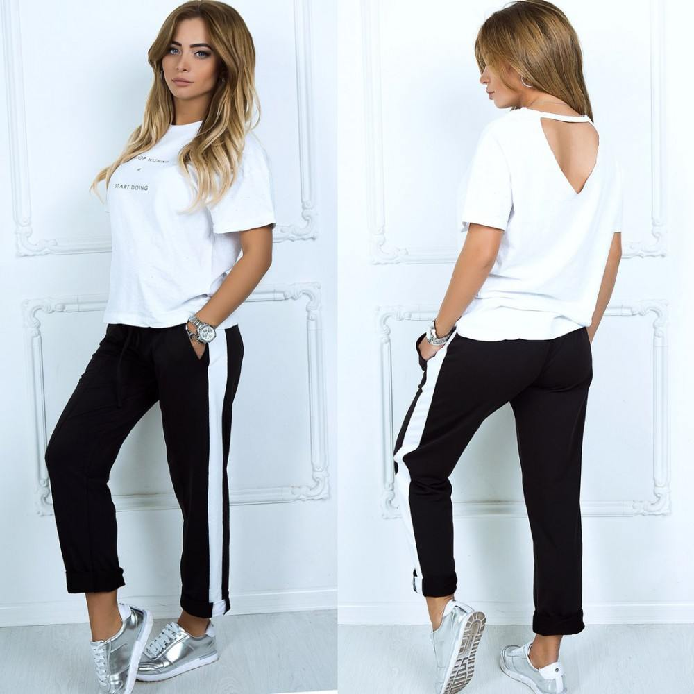 Кроссовки и брюки хорошо дополняются рубашками и футболками