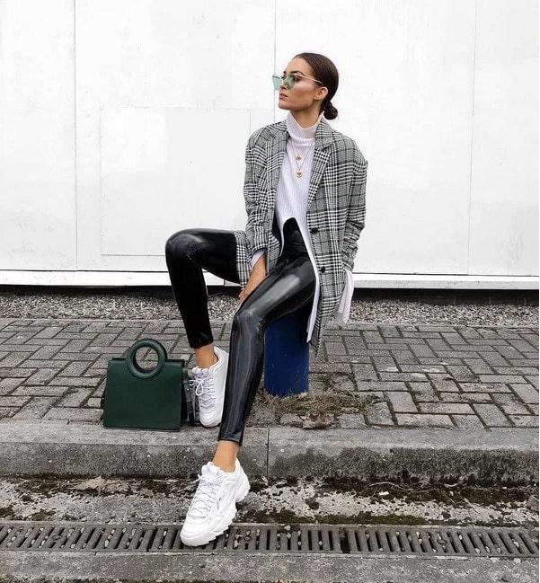 Кожаные брюки могут быть подчеркнуты белыми сникерсами