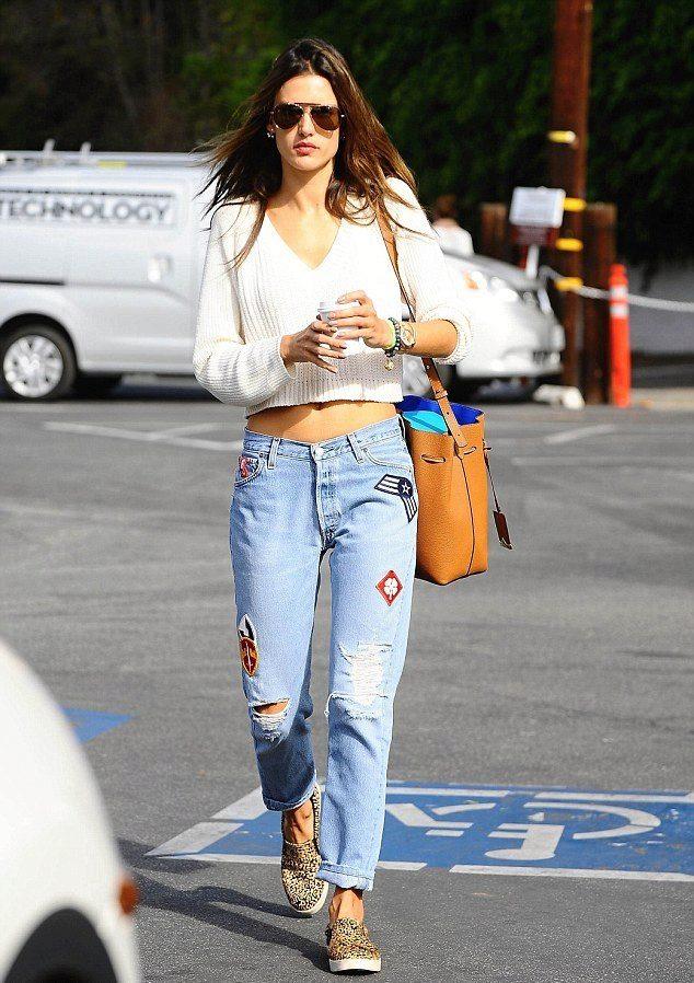 Светлые джинсы-бойфренды просто созданы для сочетания со слипонами.