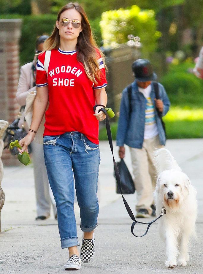 Монохромные слипоны с джинсами и красной футболкой создадут идеальный прогулочный ансамбль.