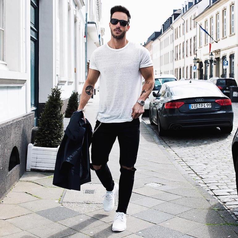Черно-белый джинсово-кроссовочный ансамбль обязателен в гардеробе мужчины.