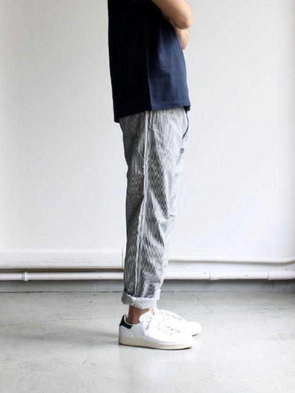 Кроссовки отлично смотрятся с подвернутыми джинсами.