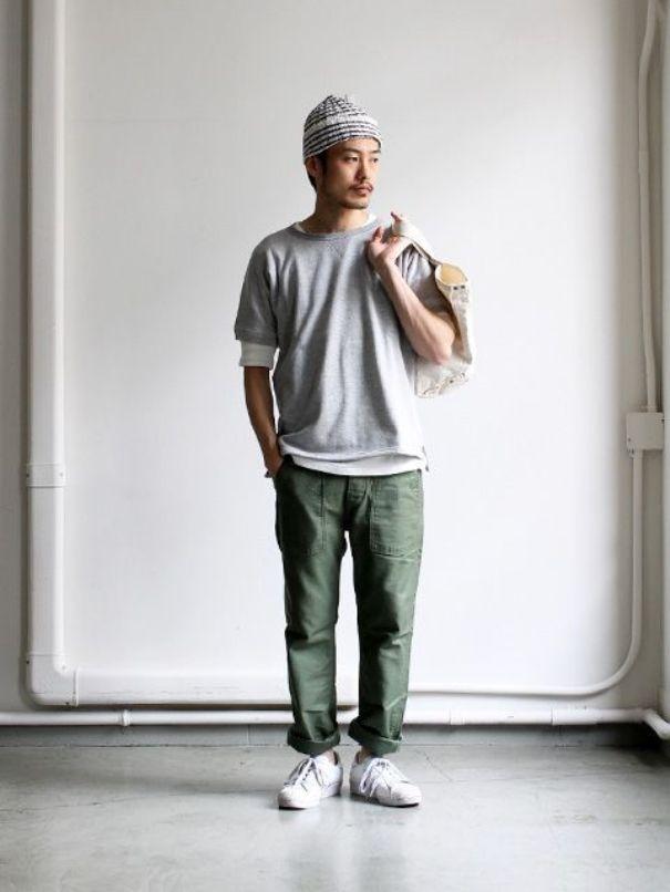 Зеленые джинсы идеально сочетаются со светлыми кроссовками.