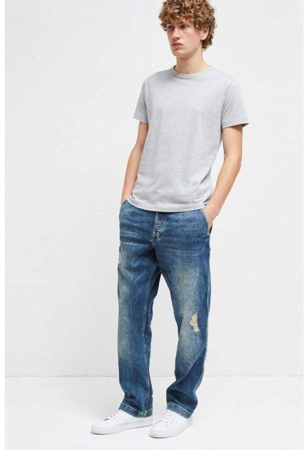 Модные джинсы с белыми кроссами не требуют лишний украшений.