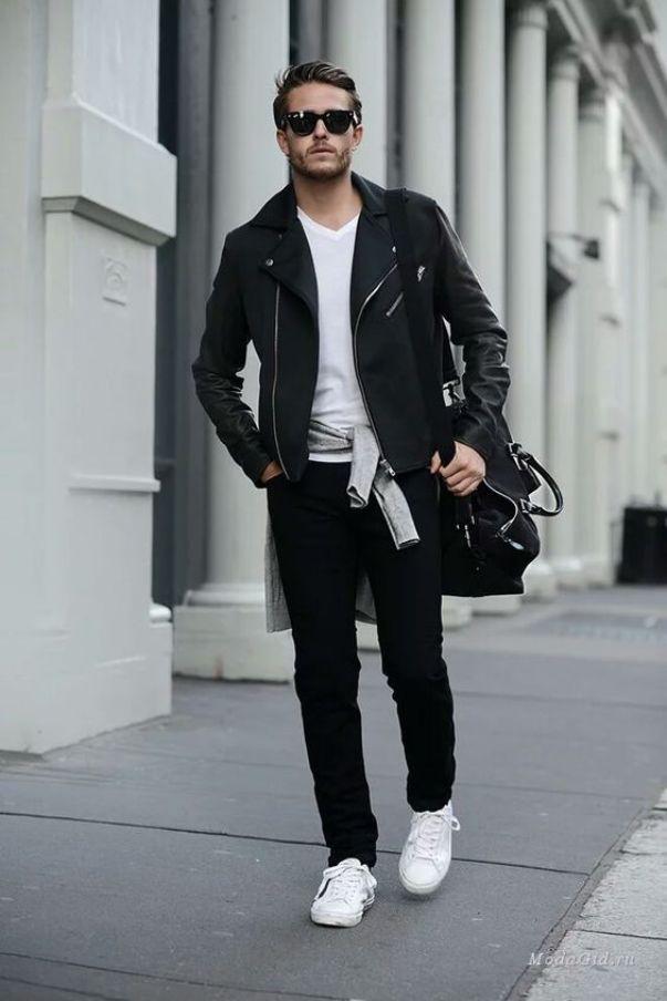 Идеальный цветовой баланс создают белые кроссовки с черными джинсами.