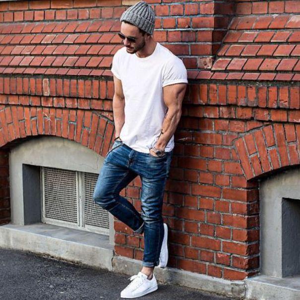 Белые кроссовки идеальны для летних ансамблей.