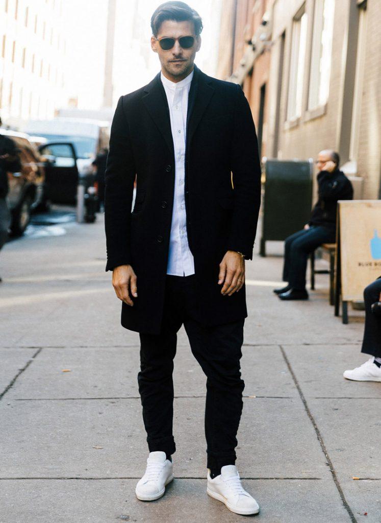 Осенний образ: черные джинсы с белыми кроссовками.