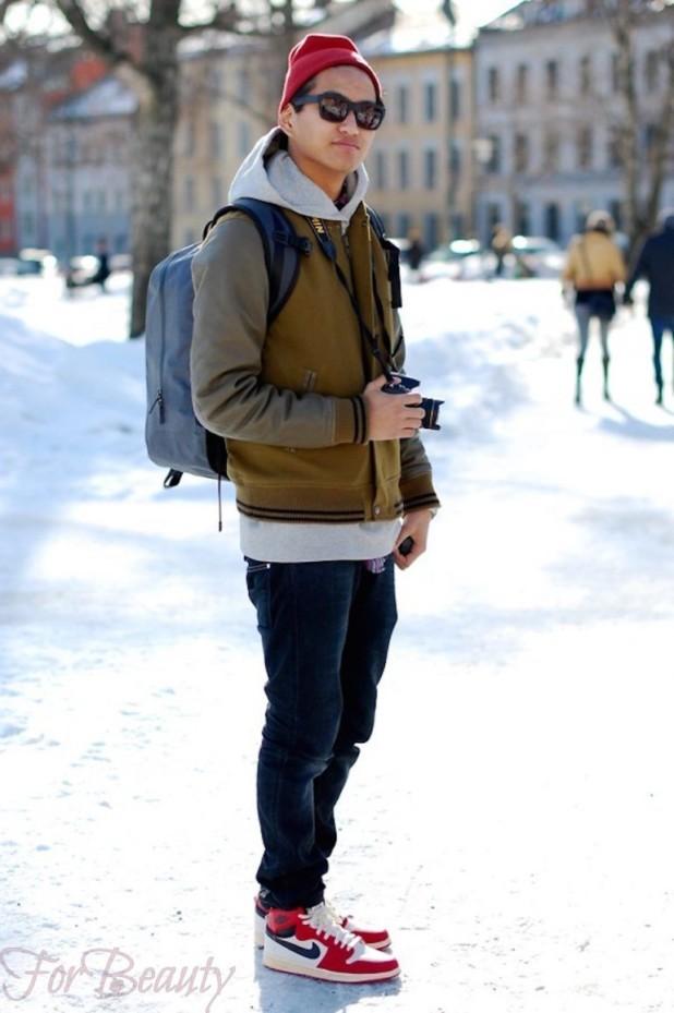 Зимние кроссовки с темными джинсами - это стильный комфорт в холодное время года.