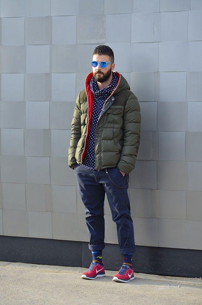 Куртка-пуховик и джинсы в сочетании с кроссовками - лучший осенний лук для прогулок.