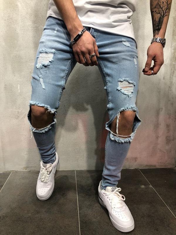 Голубые джинсы в паре со светлыми кроссовками.