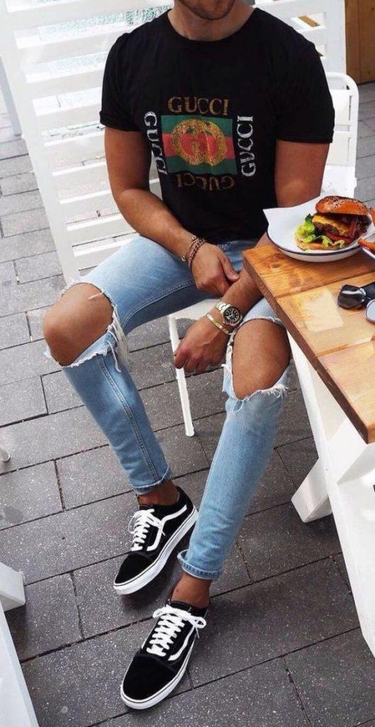 Рваные джинсы идеально дополняются монохромными кроссовками.