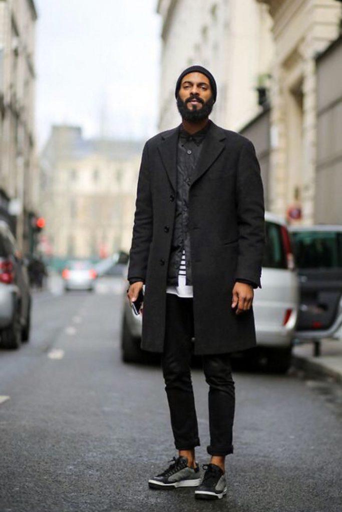 Пальто в цвет лука подчеркнет красоту джинсов и кроссовок.
