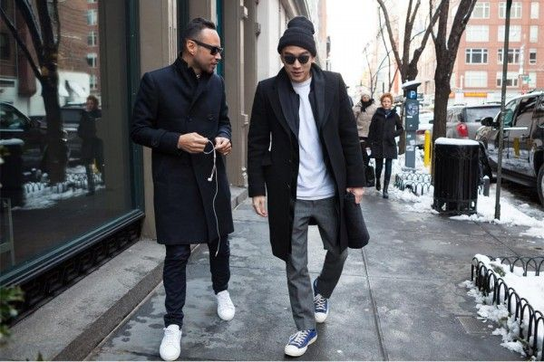 Черная верхняя одежда идеально подходит к кроссовкам и джинсам.