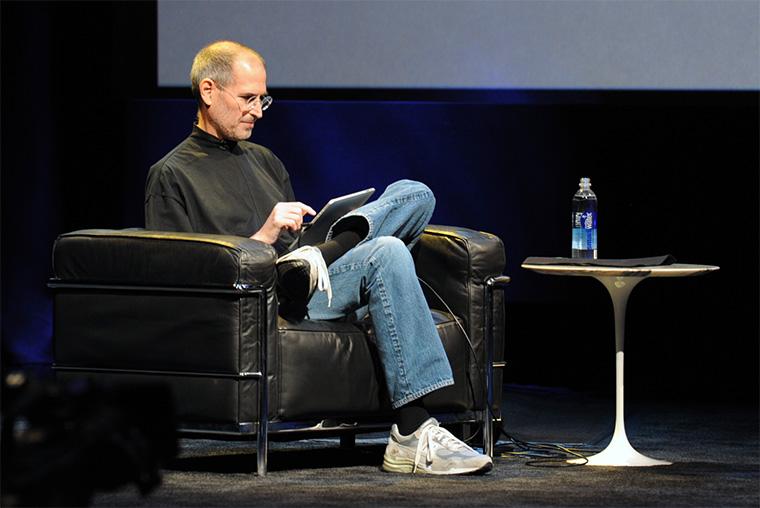 Идеальный джинсовый лук с кроссовками Стива Джобса.