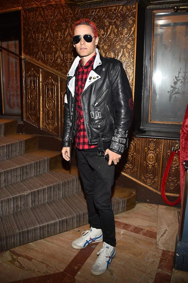 Джаред Лето в черных джинсах и белых кроссовках.
