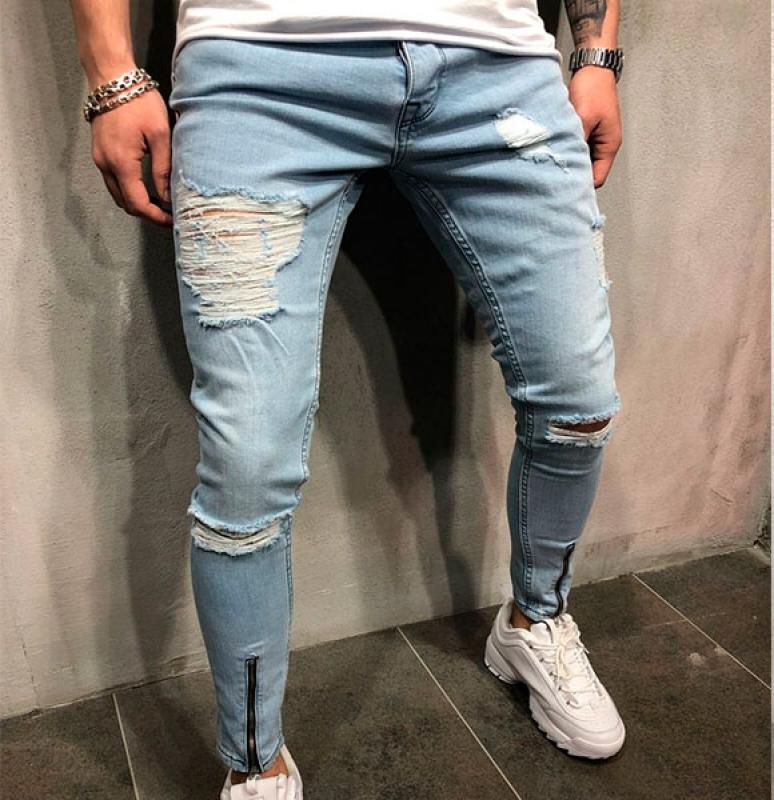 Зауженные джинсы в сочетании с кроссовками на платформе.
