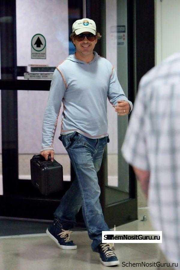 Роберт Дауни Младший в джинсах и кедах.