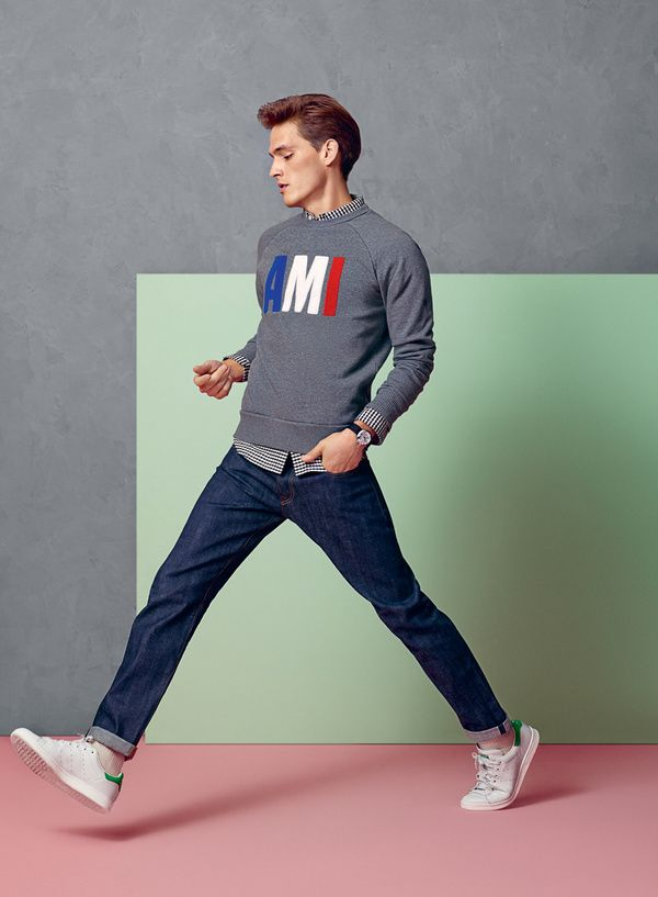 Классические джинсы с белыми кроссовками.