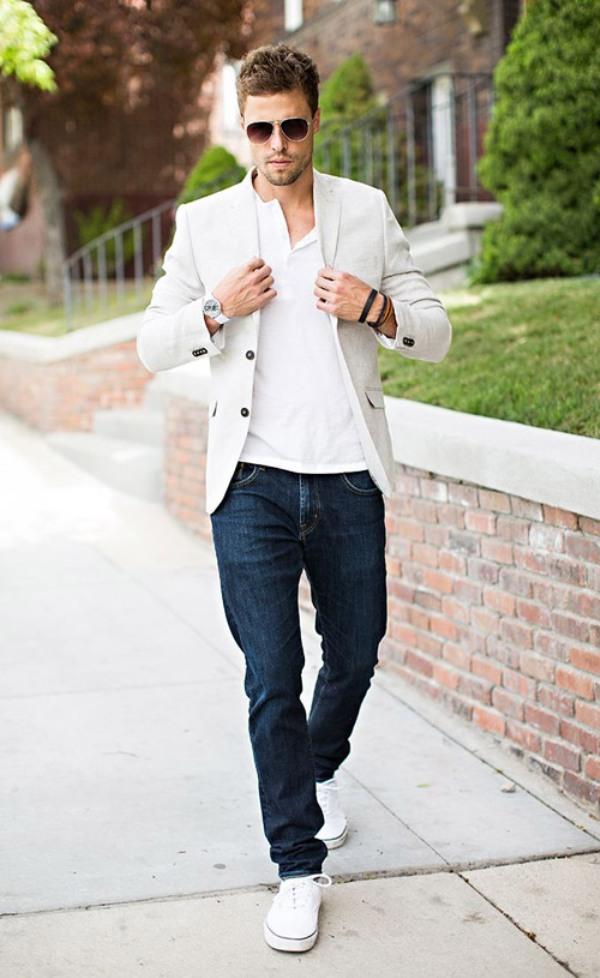 Белые кроссовки с джинсами в образе кэжуал.