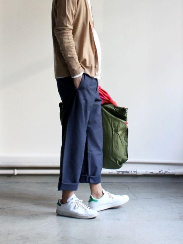 Широкие джинсы отлично дополнены классическими кроссовками.
