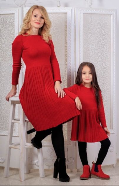 Зимнее вязаное платье в сочетании с ботинками на тракторной подошве