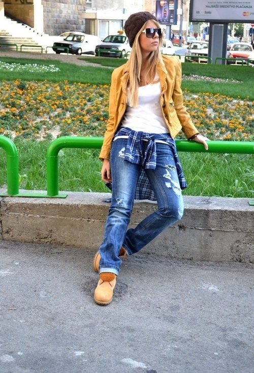 Повседневный лук с рваными джинсами и грубыми ботинками в стиле кэжуал