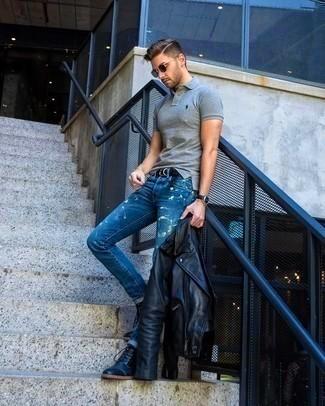Образ стильного мачо в сочетании черных кожаных ботинок, джинсов, футболки-поло