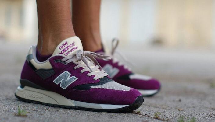 Кроссовки для ходьбы New Balance розового цвета с вставкой в виде сетки.