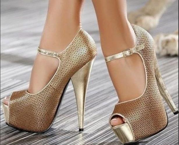 Роскошные золотые туфли на высоком каблуке