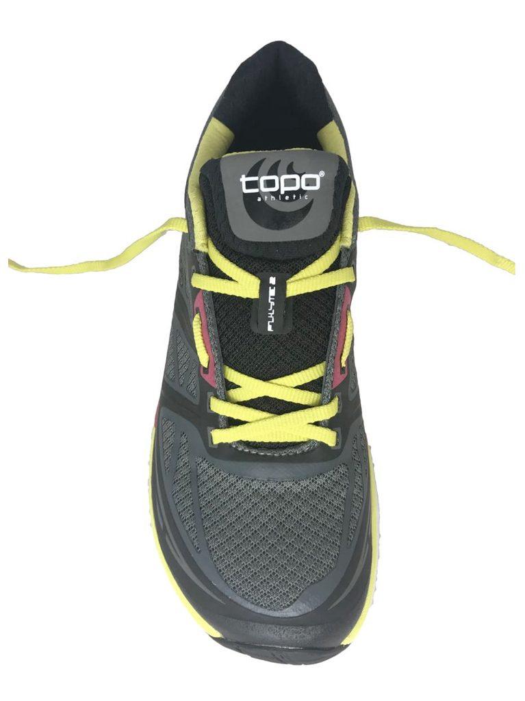 Кроссовки, зашнурованные методом шнуровки с пропуском.