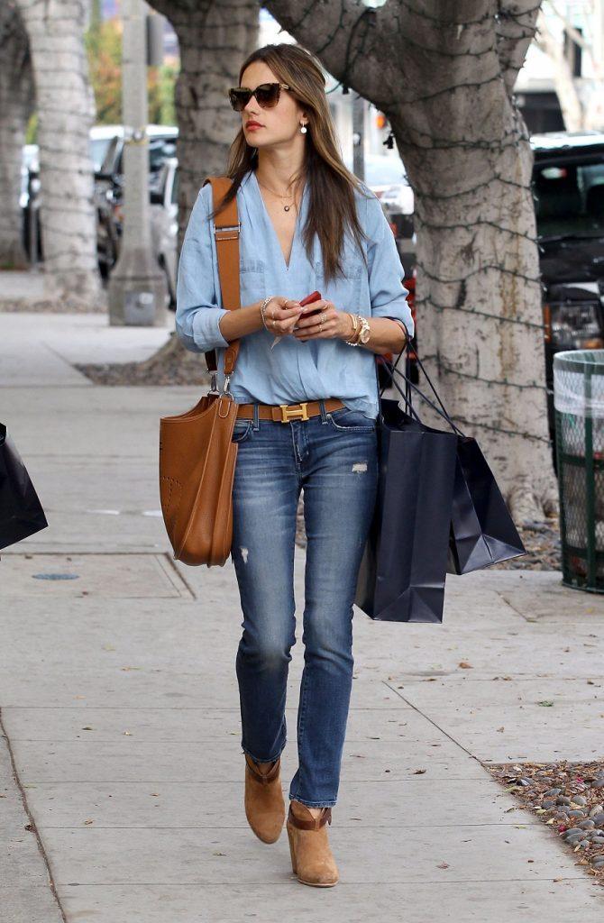 Коричневая обувь всегда уместна в синих деним-ансамблях.