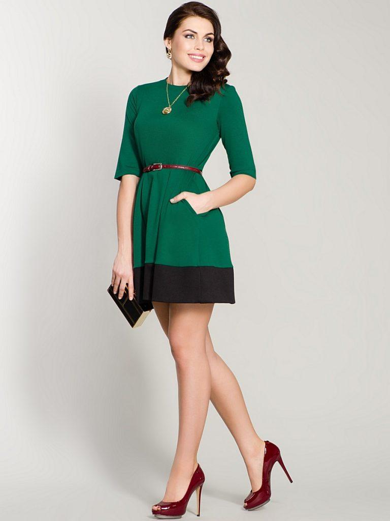 Красно-коричневая обувь идеально сочетается с зелеными платьями.