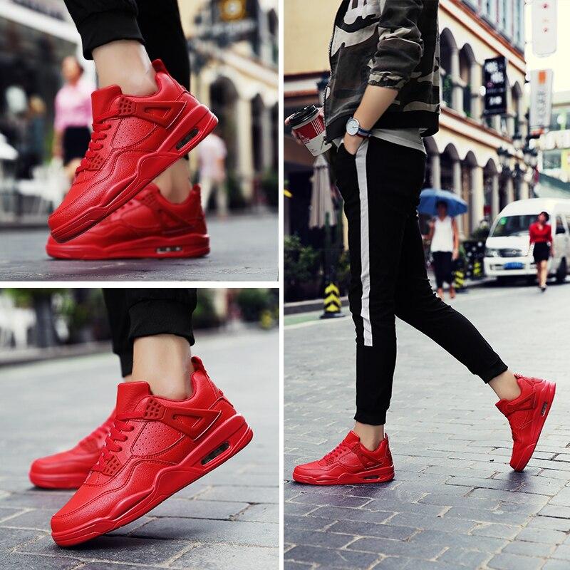 Черные спортивные штаны с красными кроссовками - беспроигрышное сочетание.