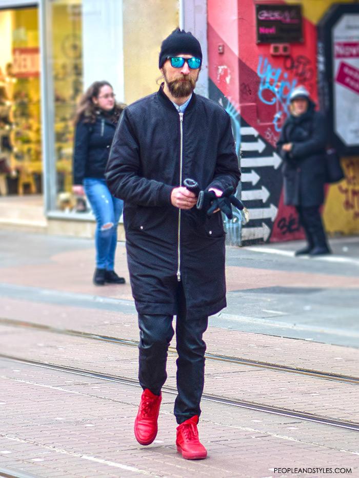 Черный тотал лук с красными кроссовками выглядит особенно эффектно.