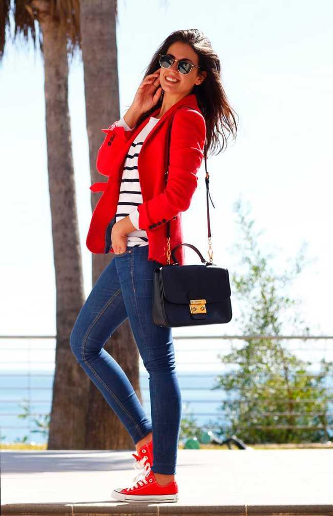 Светлый верх в сочетании с синими джинсами и красными кедами выглядит особенно эффектно.
