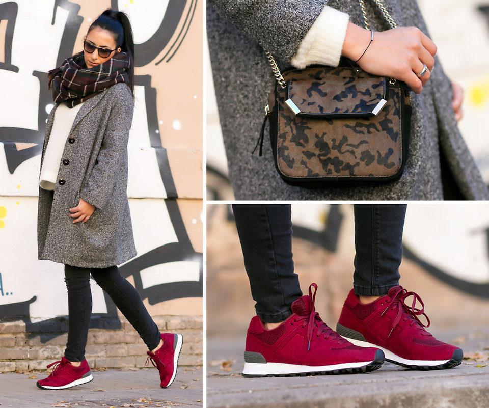 Нейтральный осенний комплект отлично сочетается с красным кроссовками.