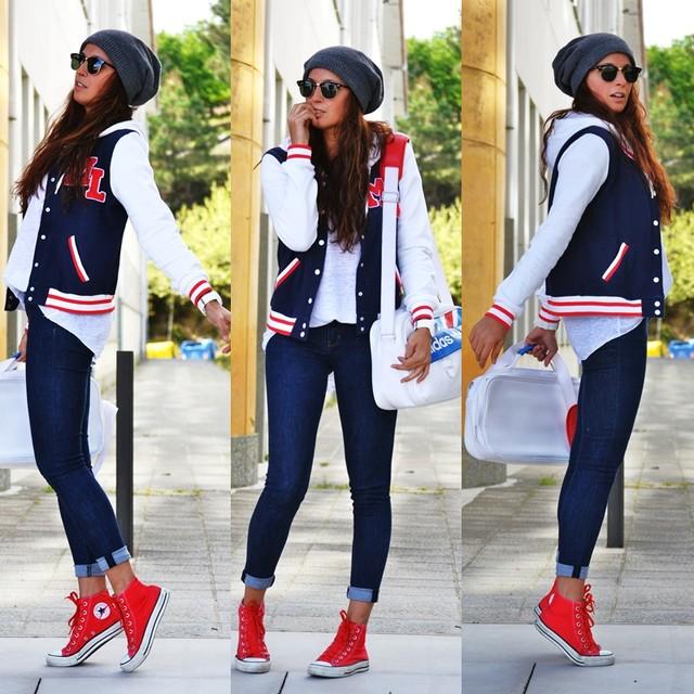 Синие узкие джинсы особенно женственно смотрятся с яркой красной обувью.