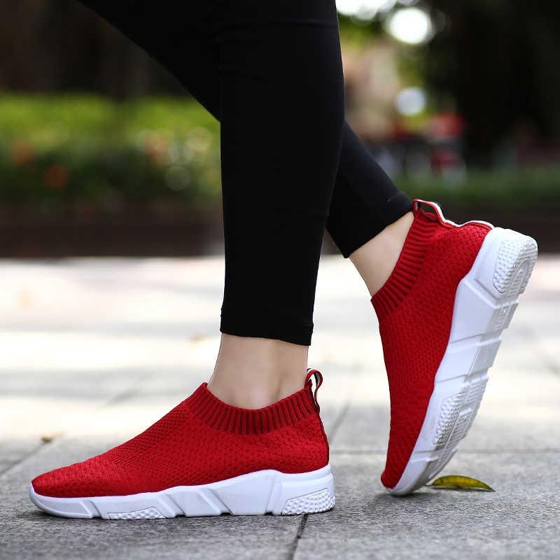 Темные леггинсы с красными кроссовками визуально утоньшают ногу.