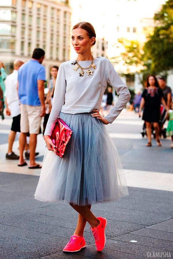 Легкая юбка в сочетании с яркими кедами позволит стать звездой любого мероприятия.