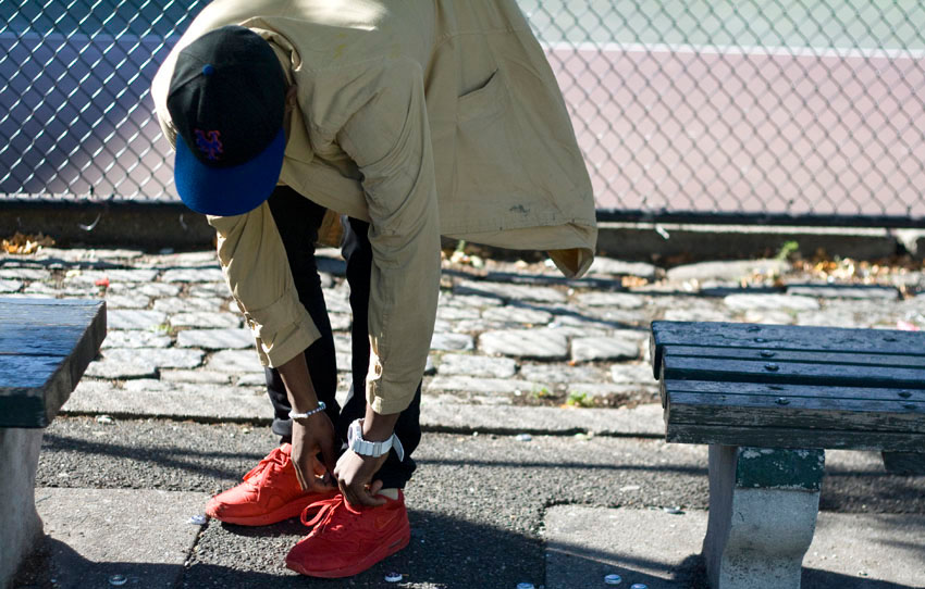 Красные кроссовки с черными штанами всегда идеальны.