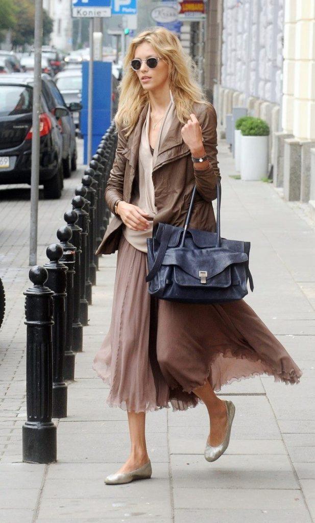 Легкая юбка отлично смотрится  в сочетании с глянцевыми балетками.