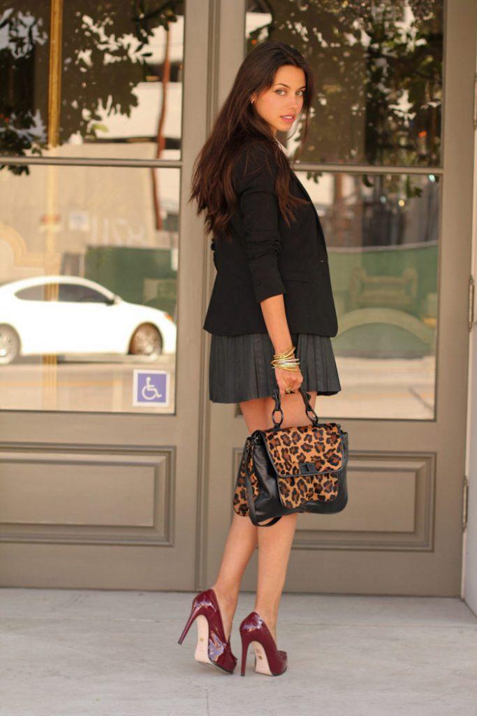 Элегантные туфли бордо прекрасно смотрятся с короткой юбкой-плиссе.