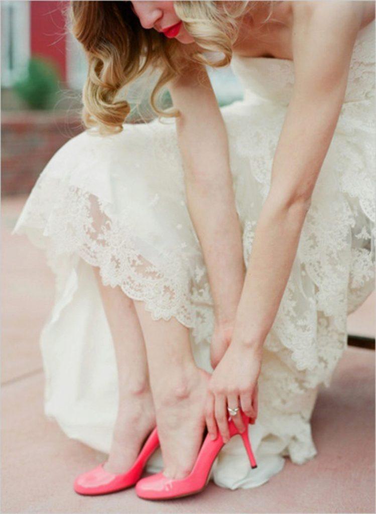 Яркие туфельки для экстравагантного летнего образа с кружевным платьем идеальны.