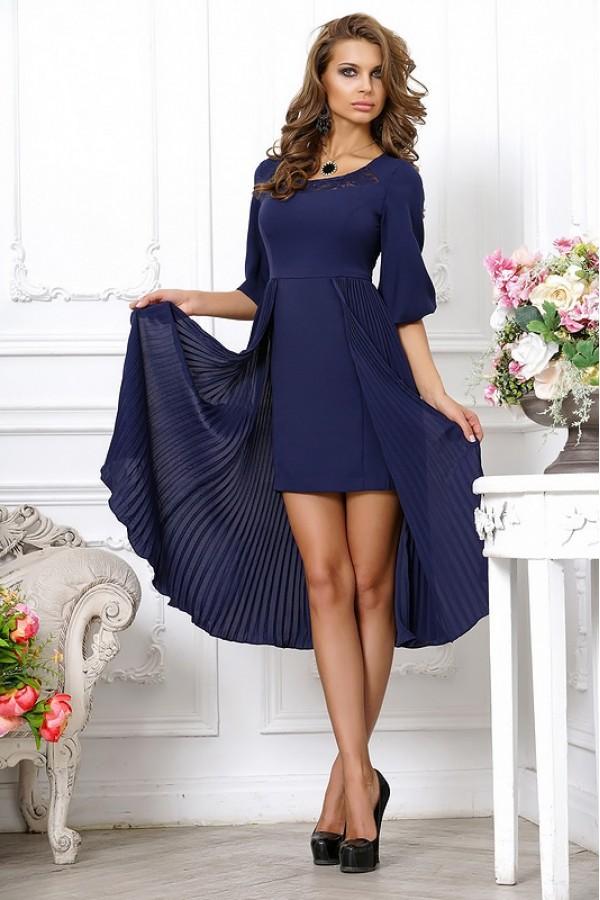 Темно-синее платье приобретает особенный лоск в паре с черными лаковыми туфлями.