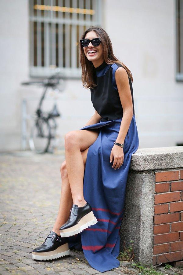 Платье-макси и туфли на платформе - смелое и эффектное сочетание.