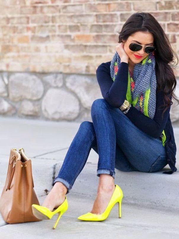 Яркие туфли в сочетании с темными джинсами - эффектное осеннее решение.