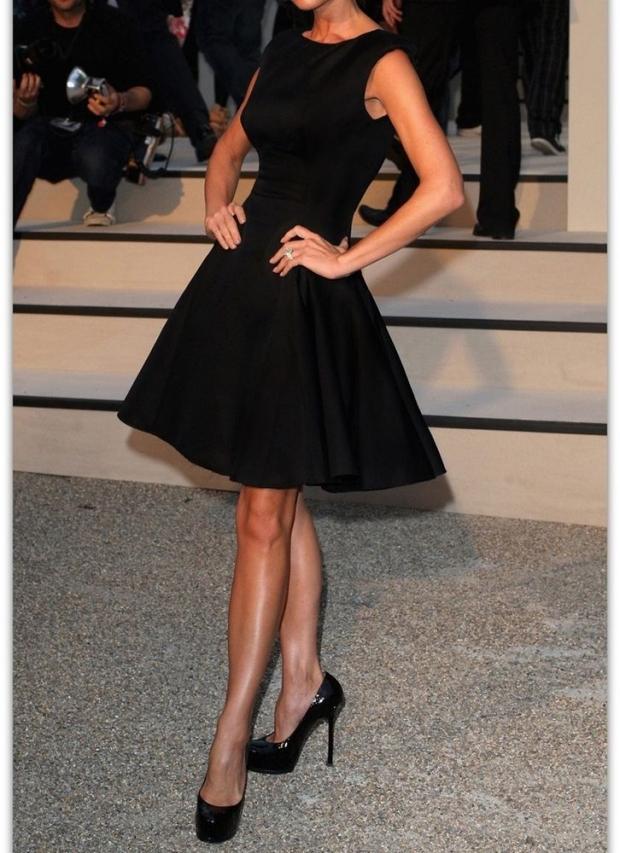 Матовая ткань платья и лаковые туфли идеально подчеркнут женственность.